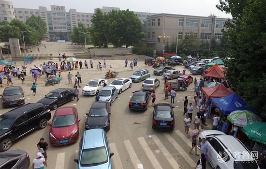 山东小升初考试数千家长陪考 场面壮观