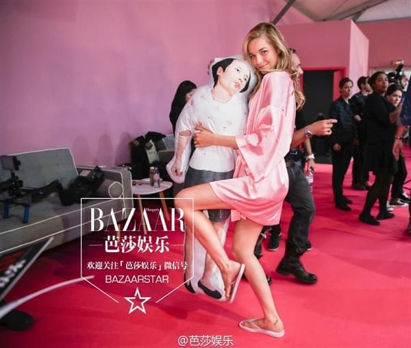 维密超模持国产手机自拍:粉色睡衣诱惑的照片 - 11