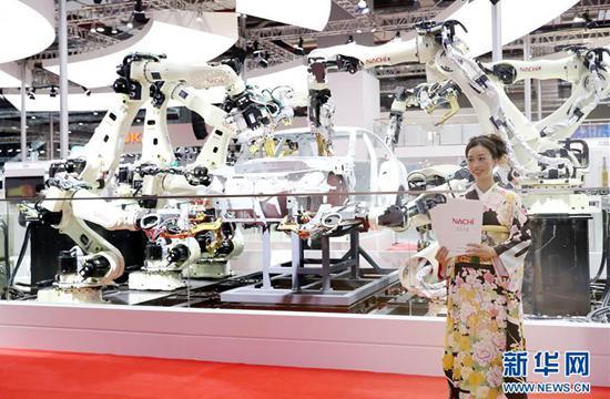 那智不二越在中国国际进口博览会上展出的工业机器人。