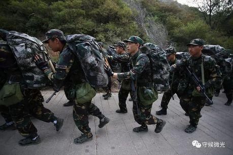 20公里负重徒步行军,营员们相互推着上坡。