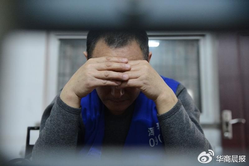 犯罪嫌疑人景某对自己酒后殴打出租车司机的行为表示懊悔 华商晨报记者 蔡敏强 摄