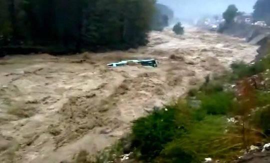 吓人!印度客车被洪水卷走 像玩具一样被抛来抛去
