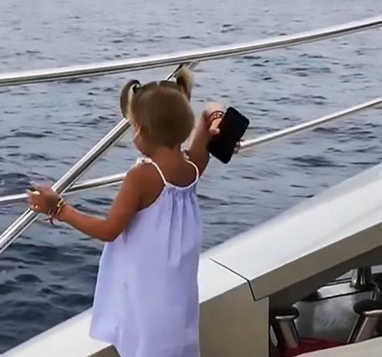 4岁女孩抓起爸爸手机扔大海 因其只顾打电话