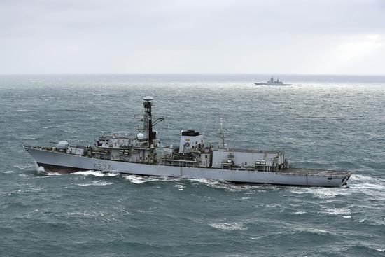 俄罗斯军舰穿越英吉利海峡 皇家海军护卫舰护航跟随