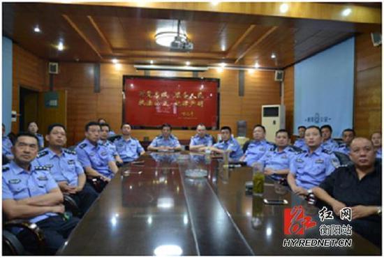 衡阳县干部群众收看专题片《将改革进行到底》
