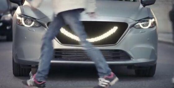 自动驾驶汽车装微笑指示灯 礼让行人过马路的照片 - 1