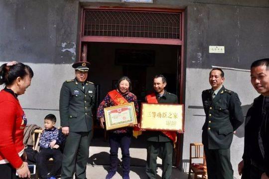 ▲喜报和牌匾送到金溪籍军人龚兴平的家里,亲人高兴不已。