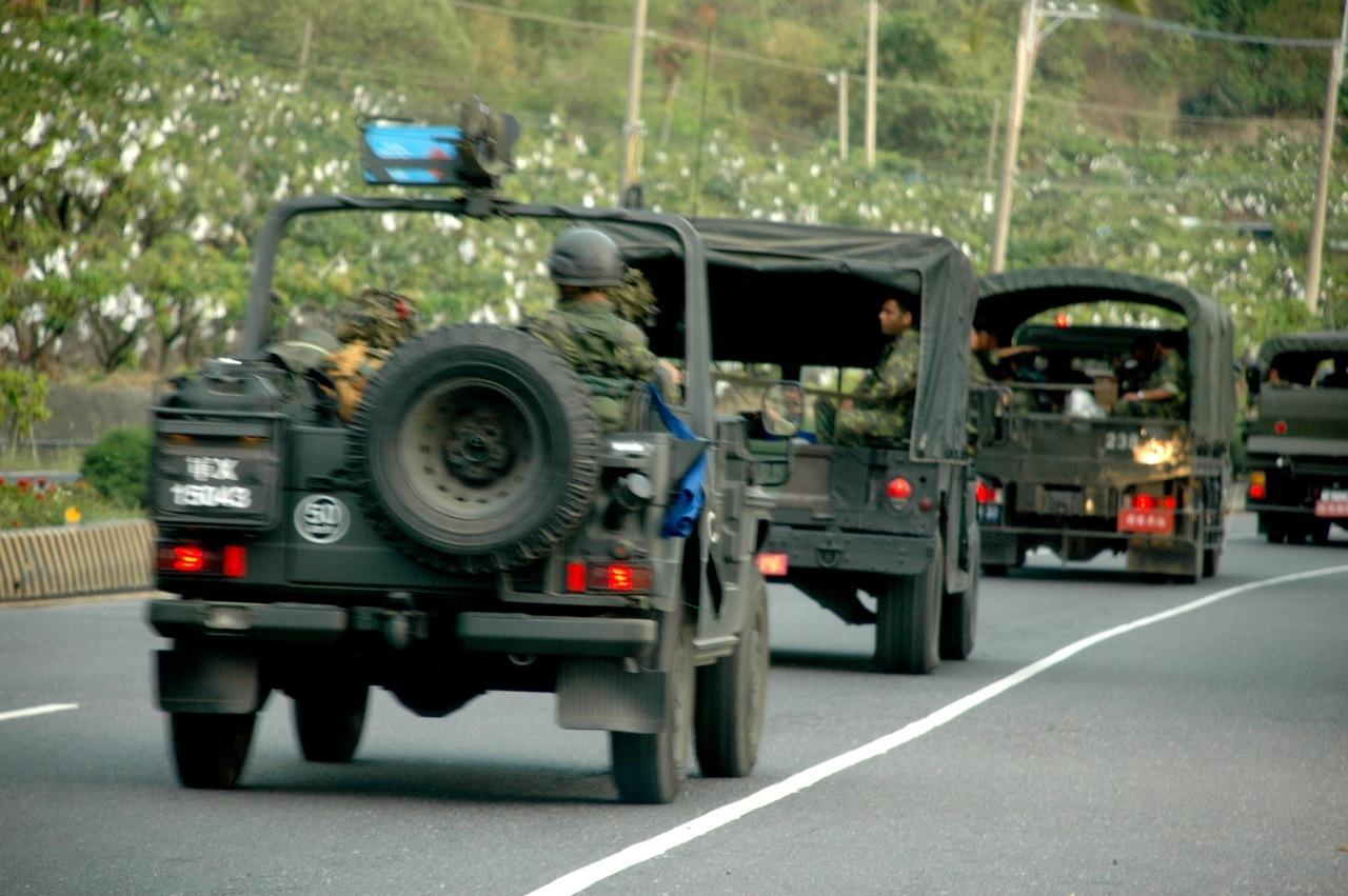 """行驶在台湾公路上的""""星光部队""""军车,台湾公路靠右通行,而新加坡车辆都是右舵车"""