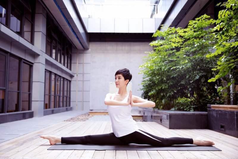 42岁金巧巧做高难度瑜伽动作 好身材完爆少女