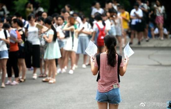 大学生凌晨5点排队上自习 80%以上是女生