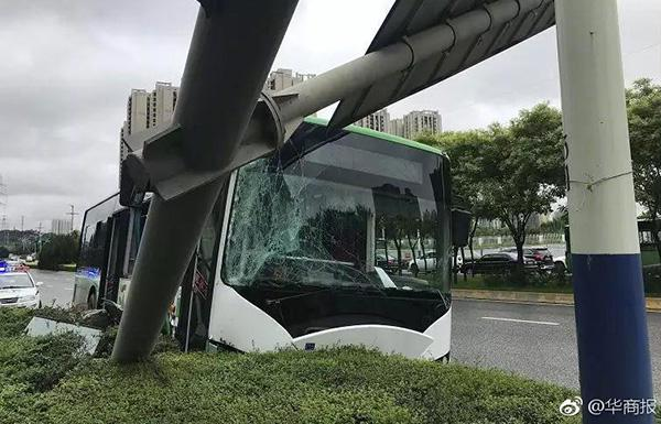 满载大学生公交冲上绿化带 撞倒指示杆:多人受伤