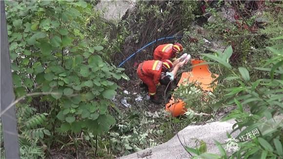 女子驾驶轿车坠下20多米悬崖  经消防救援脱险