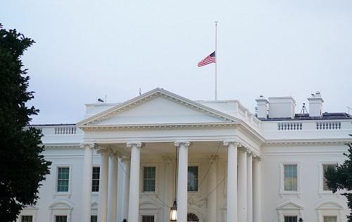 外媒:特朗普被迫向麥凱恩致敬 白宮半旗升了又降