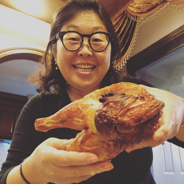 杜海涛妈妈手捧烧鸡逗趣可爱 长相简直复制粘贴