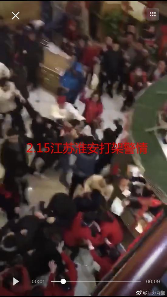 公公强吻儿媳后两家人现场斗殴公公跳楼?警方回应