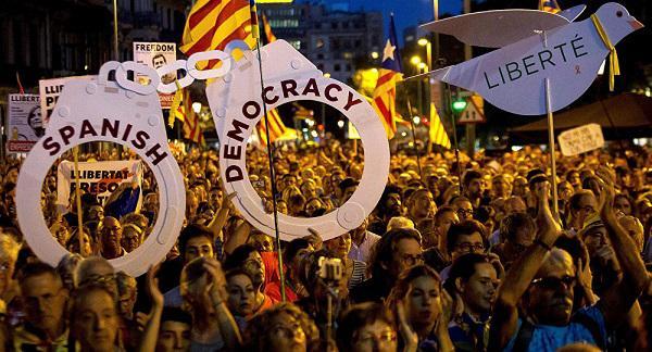 西班牙上万民众涌上街头 要求释放加泰地区前官员
