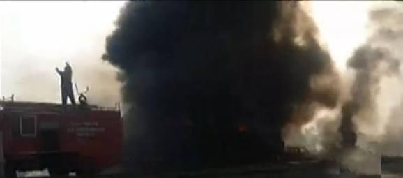 巴基斯坦一油罐车起火致120人死亡 100多人伤(图)