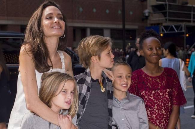 朱莉带子女参加电影节 母爱爆棚开心合照