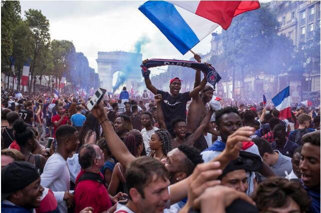 法国夺冠女性遭骚扰:有男的脱裤子 有男的摸我屁股