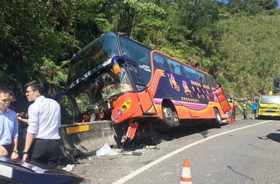 台湾一游览车失控撞向山壁 车上20余人伤情不明