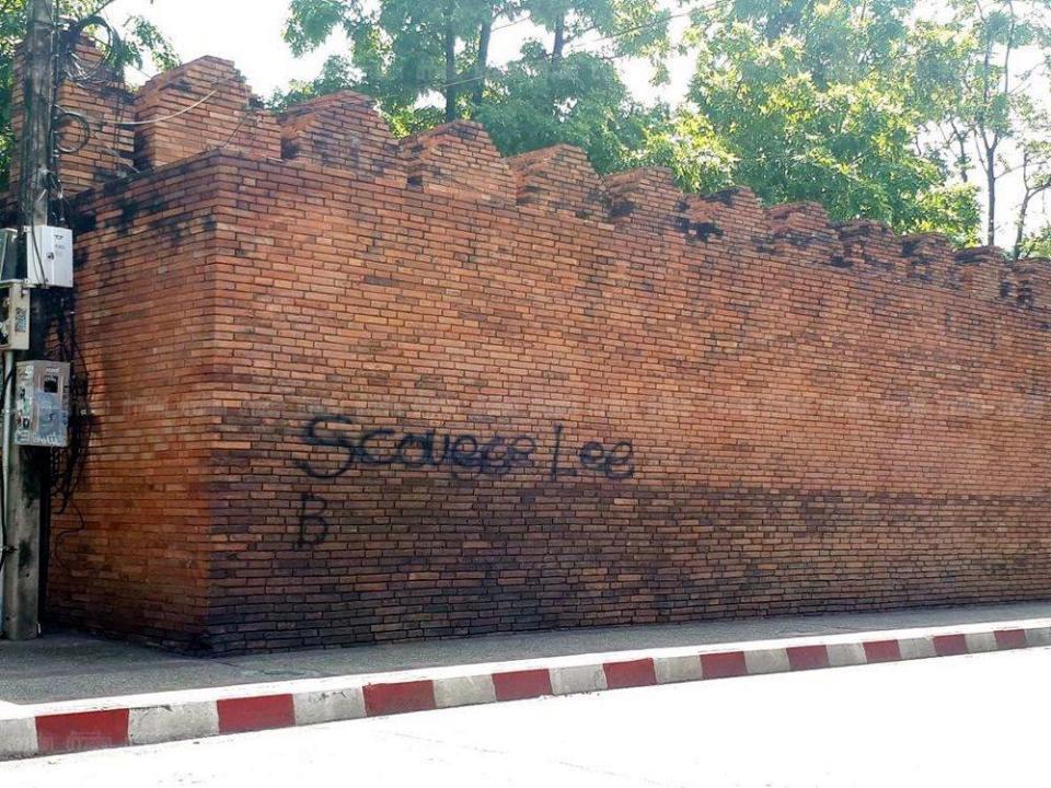 2名西方游客在泰800年古城墙上涂鸦 恐遭10年监禁