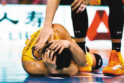 太狠 首钢球员常林 腿踢对手头部  太轻 追加五场停赛处罚引发争议
