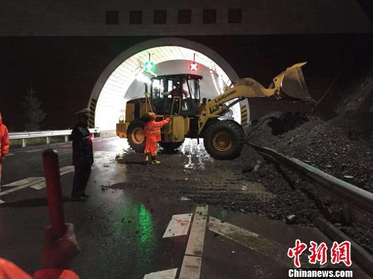 短时强降水引发泥石流 致青海省多条公路损毁