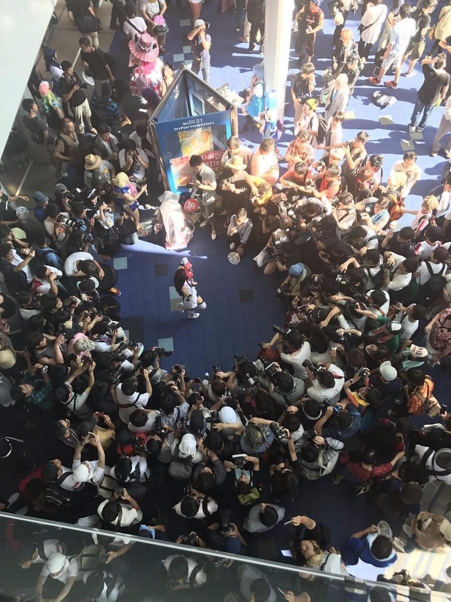 日本Coser遭百人围堵狂拍:Cos的很传神