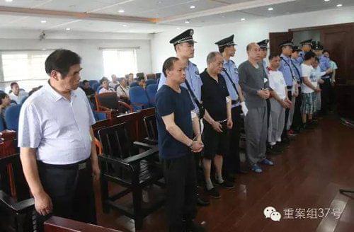 """受审的被告人包括奥东中康医院法人代表、院长、承包人、""""医托""""等共10人。 新京报记者 王贵彬 摄"""