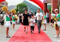 浙江农村小学入学走红地毯穿鲜花门惊喜满满