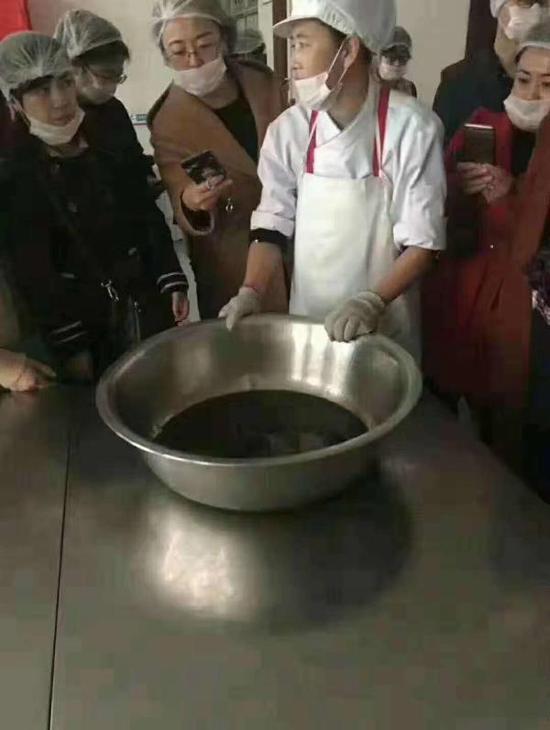 山东一小学食堂被指用黑油 官方:系重复用油