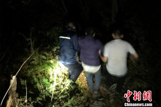 四川:5人攀爬千佛山被困悬崖历经9小时全部救出
