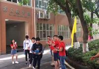 王俊凯被老师们穿红衣送考 笑容满面似信心十足