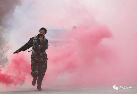 生化演习环节,一位带队老师用水蘸湿的帽子捂住嘴,从浓烟中跑过。