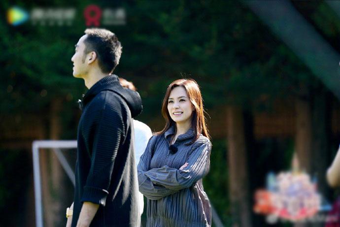 阿嬌婚後熒幕與丈夫首同框 賴弘國目光緊跟妻子