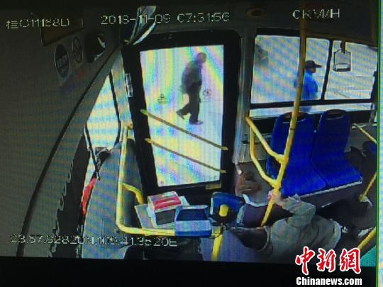 公交车司机突发脑出血 半身麻木单手完成靠边停车