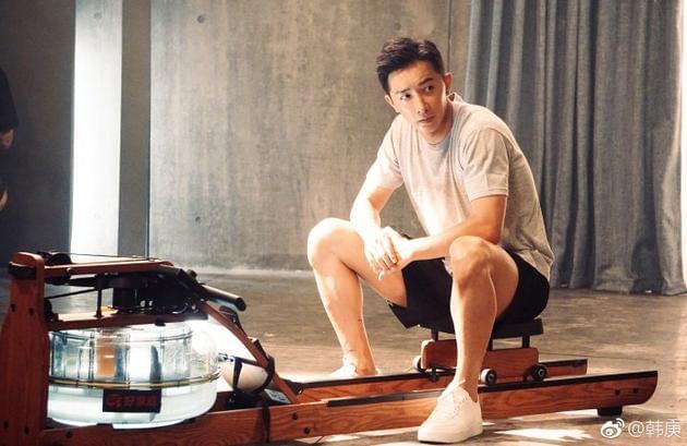 韩庚晒健身照身材健硕超有料 肌肉长腿帅气逼人
