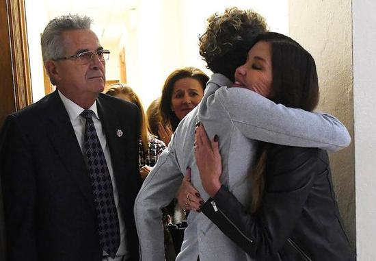 Andrea与另一指控比尔·科斯比的女星Janice Dickinson激动拥抱!(美联社)