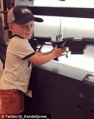 女子诱导4岁男孩玩狙击步枪 不料熊孩子竟是老手
