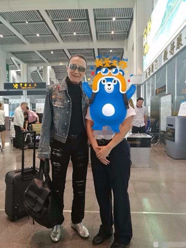 网友偶遇谢贤携女友旅游 身体健壮不像80岁老人