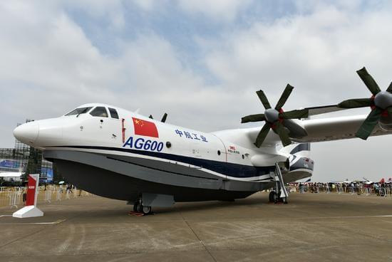 """大型水陆两栖飞机AG600亮相珠海航展静态展示区。新华社记者 梁旭 摄 据悉,这款飞机的最大特点是既能在陆地上起降,又能在水面上起降,可在水源与火场之间多次往返投水灭火。除水面低空搜索外,它还可在复杂气象条件下降落在海上实施水面救援行动。 通过系列化发展和改进改型,AG600飞机未来除了可执行森林灭火、水上救援等多项特种任务外,还可根据用户的需要改装必要的设备来满足执行海洋环境监测、岛礁补给、海上执法与维权任务,为""""一带一路""""提供海上航行安全保障和紧急支援。 2016年7月23日"""