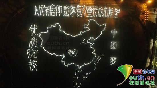 四川一高校3000名新生用荧光棒摆中国地图迎国庆