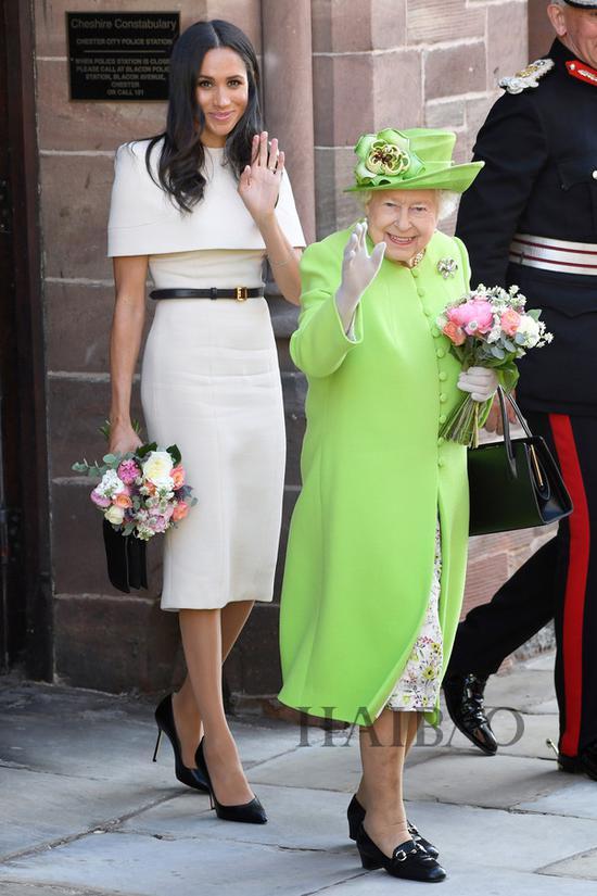 梅格汉·马克尔 (Meghan Markle) 2018年6月14日身着纪梵希 (Givenchy) 2018春夏高级定制系列连衣裙,系同品牌皮带,踩Sarah Flint高跟鞋与英女王伊丽莎白二世出席活动