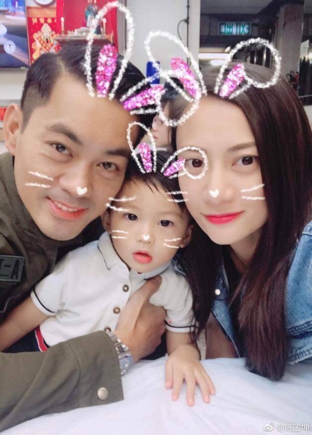 陈国坤与老婆结婚三周年 大方晒全家福温馨有爱