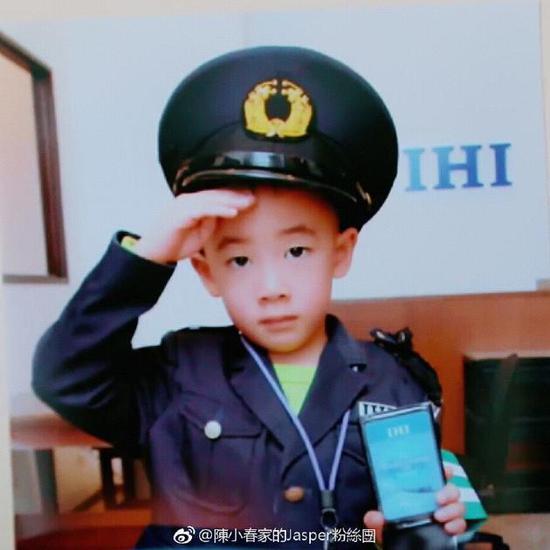 """网友纷纷表示:""""好帅啊!""""""""这是小男子汉了!""""""""真的是很帅很可爱了!"""