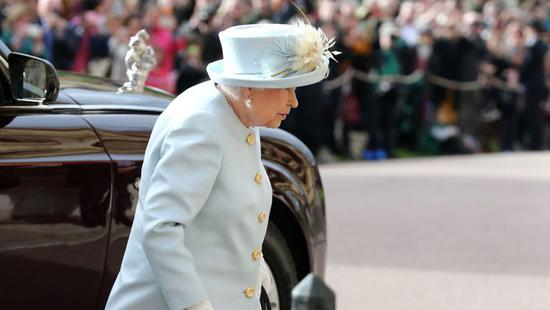 skynews-queen-elizabeth-arrives_4450902.jpg