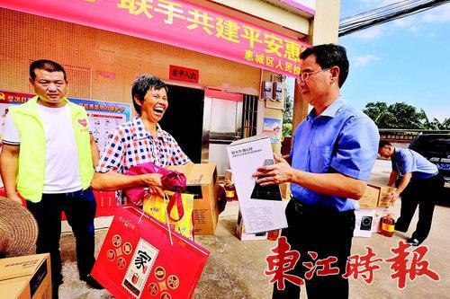 惠城区人民检察院的干部每逢节日都会到横沥镇翟村村探望结对帮扶的困难群众。《东江时报》记者香金群 通讯员余党政 摄
