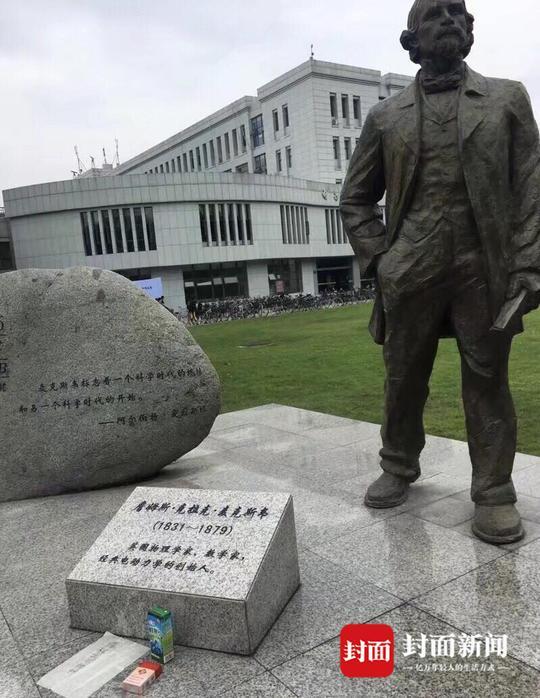 高校学生考试前拜名人雕像 摆上烟和饮料求不挂科