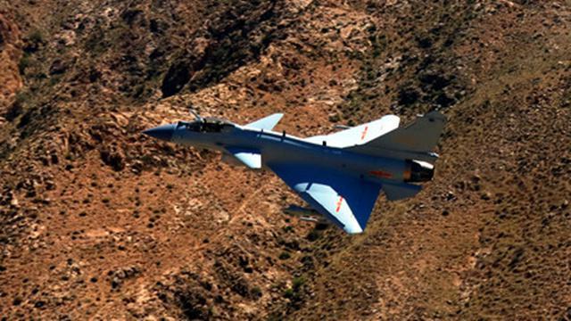 空军歼-10C战机进行飞行训练(资料照片)