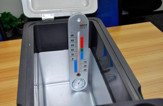 英得尔T12采用德国SECOP车载专用压缩机,并具有多种制冷模式供用户选择。其具有动力强劲,制冷快速高效,输出冷量稳定,带来精准的温控效果,保证食材长久新鲜不易变质。在环境温度为26 ,用MAX制冷模式,空箱情况下,10分钟已经达到0 。